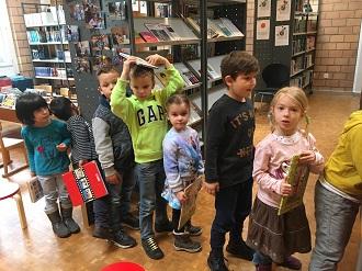 Die Kindergarten-Kinder besuchten die Dorfbibliothek
